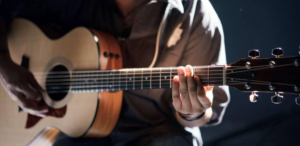 Narrow waist acoustic guitar